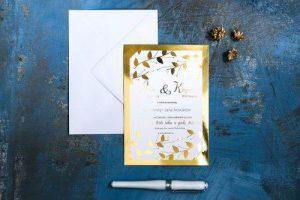 zdjęcie złotego zaproszenia ślubnego